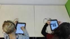 """Grundschulkinder spielen """"MusVis"""" auf dem iPad.(c) Maria Rauschenberger"""